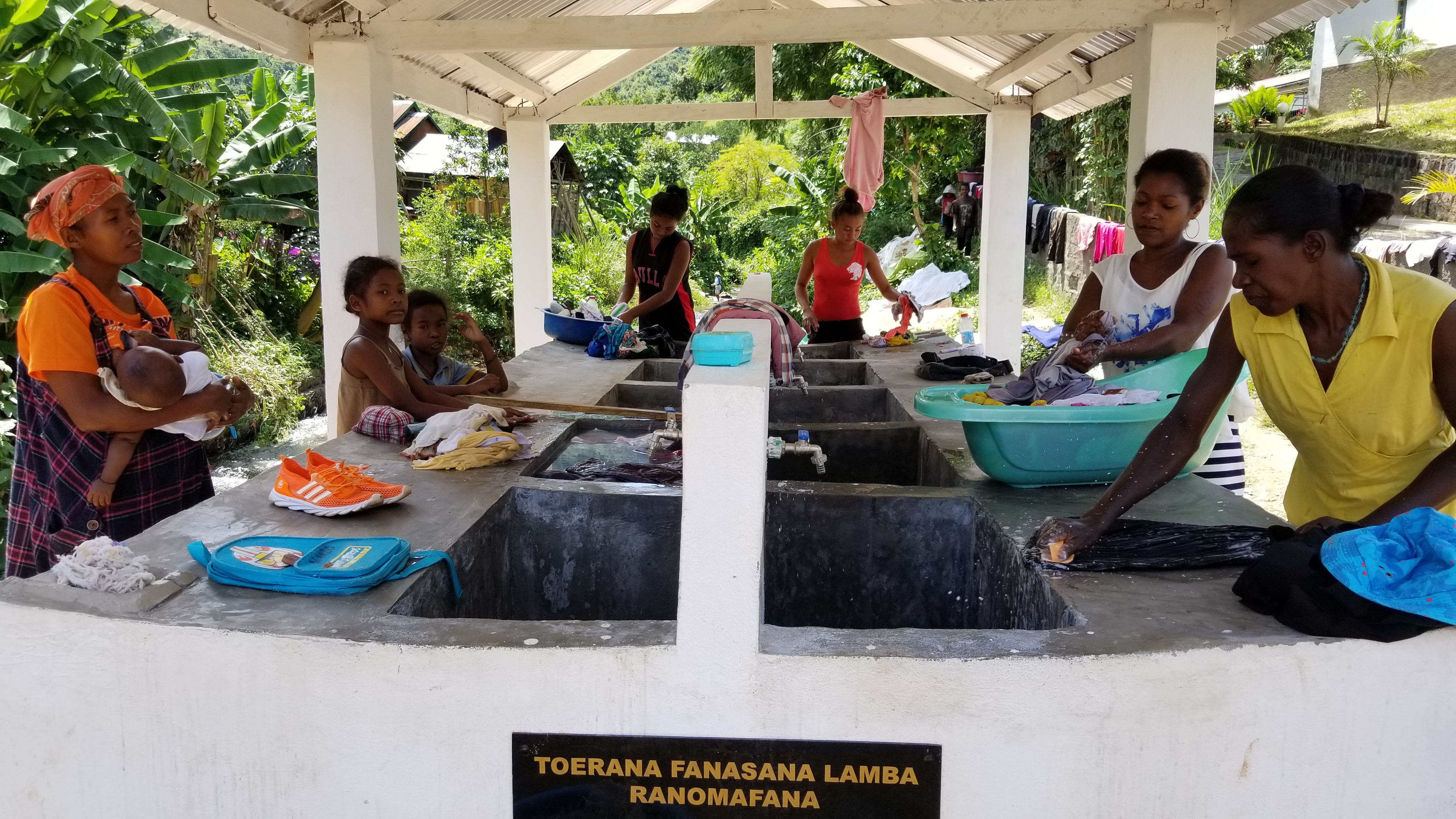 women using wash basin in Ranomafana